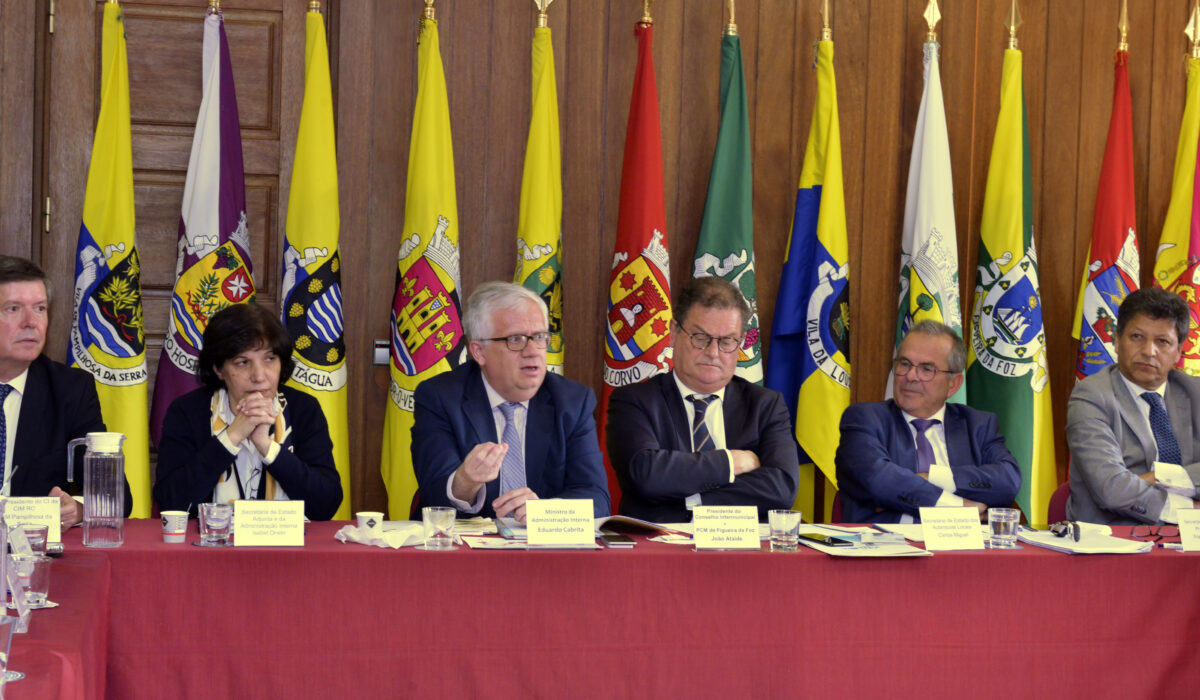 Ministro da Administração Interna, Eduardo Cabrita, com os autarcas da CIM Região de Coimbra